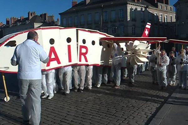 """Crash symbolique d'un avion en carton devant la cathédrale de Nantes, par l'association """"des Ailes pour l'Ouest"""""""