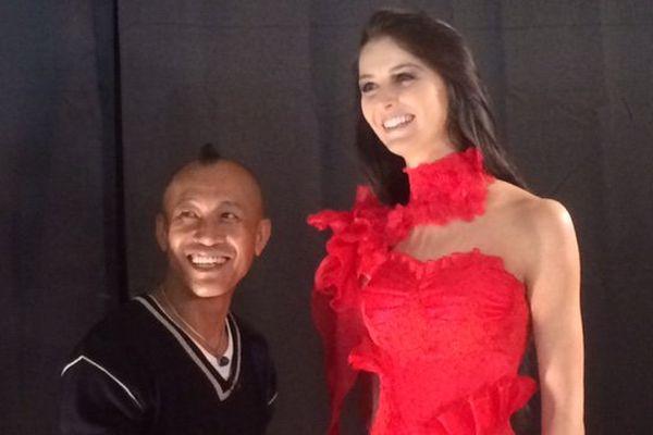 Peng Saenpinta en compagnie d'un mannequin porant l'une de ses créations.