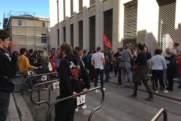 Ni pardon ni oubli : le thème du rassemblement d'étudiants devant la fac de droit, à l'appel de syndicats, un après l'évacuation violente d'un amphithéâtre. 22/03/2019