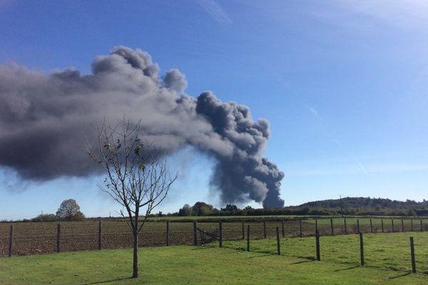 Un panache de fumée visible à des dizaines de km.