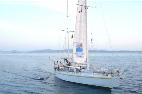Les scientifiques d'Expédition Med multiplient les programmes d'action et de recherche sur la pollution plastique depuis dix ans, à bord de leur voilier.