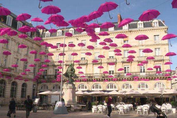La Rochelle se pare de parapluies roses pour sensibiliser aux risques de cancers du sein.