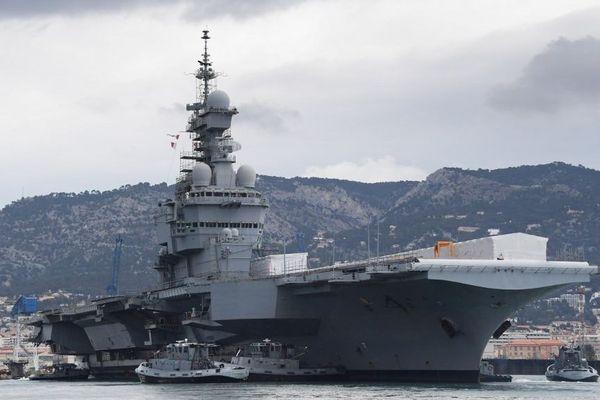 Le porte-avions Charles-de-Gaulle dans son port d'attache de Toulon, en février 2017.
