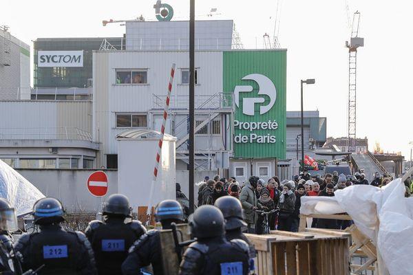 Intervention des policiers devant l'incinérateur de déchets d'Ivry-sur-Seine le 15 janvier 2020
