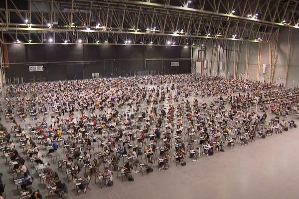 2800 étudiants en première année de médecine planchent sur leur concours dans des conditions particulières. Les candidats n'ont même pas pu sortir de la salle pour déjeuner.