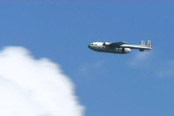 Le dernier exemplaire volant du Noratlas, Nord 2501, a transporté les 19 parachutistes militaires et civils qui ont sauté lors de la commémoration