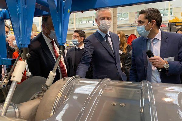 Bruno Le Maire, ministre de l'économie, en visite dans l'entreprise aéronautique Liebherr Aérospace à Aucamville, au nord de Toulouse