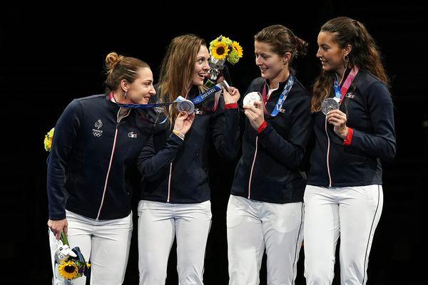Charlotte Lembach (tout à gauche), sa médaille d'argent à la main.