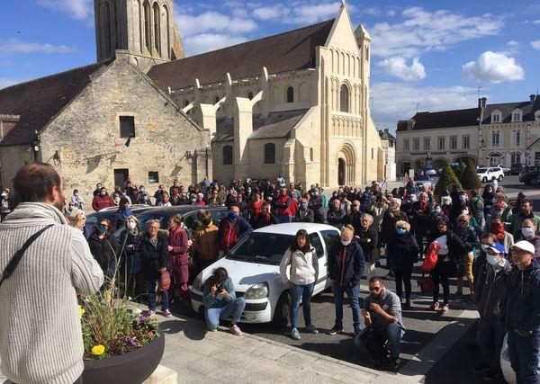 Une centaine de personnes rassemblées le 6 juin 2020 devant la mairie de Ouistreham pour soutenir les migrants