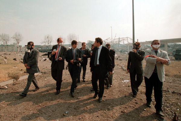 Toulouqz, le 21/09/2001. Le maire de la ville, Philippe Douste-Blazy s'est rendu sur le site de l'explosion de l'usine AZF.