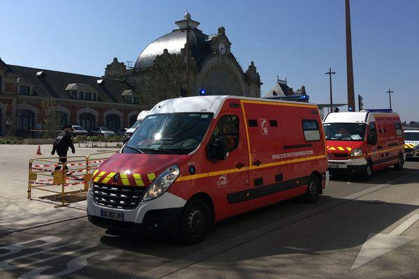 Les ambulances quittent la gare pour rejoindre l'hôpital Yves Le Foll.
