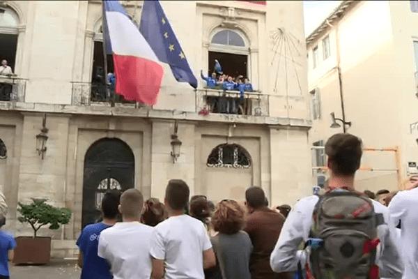 Les Bleus ont été acclamés par leurs supporters samedi au balcon de l'Hôtel de ville.