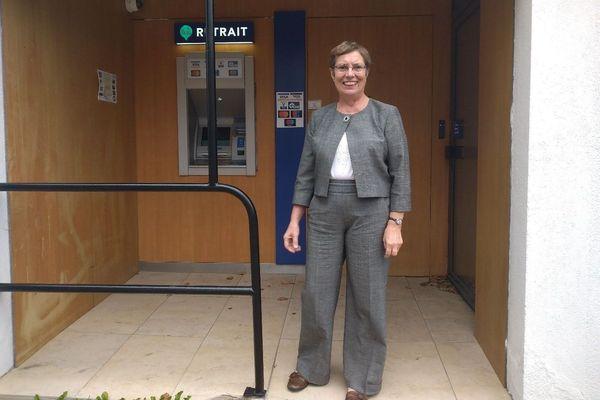 Viviane Godebert, la maire de Locmaria-Plouzané (Finistère) devant le distributeur de billets tout fraîchement installé