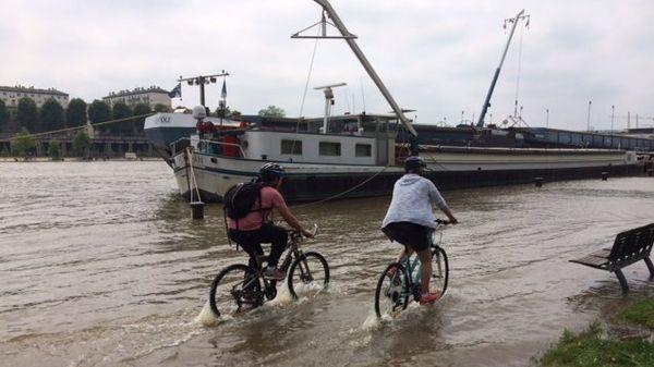 Pas assez d'eau pour ne pas rouler à vélo sur les quais.