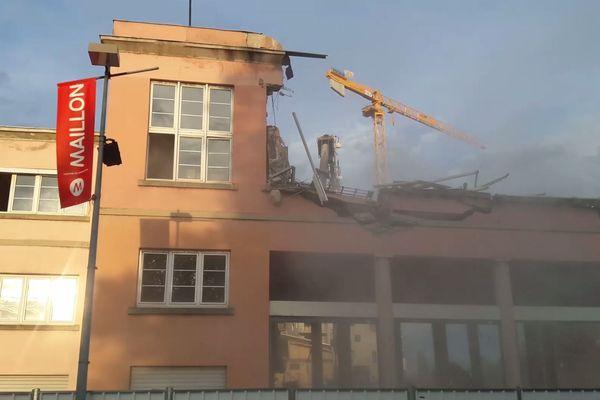 Les grues ont détruit l'étage de l'ancien théâtre du Maillon, le 5 août 2019.