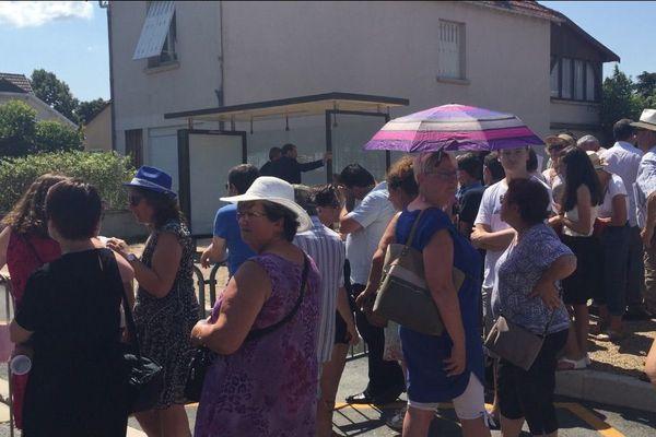 La foule a attendu le président sous une chaleur écrasante
