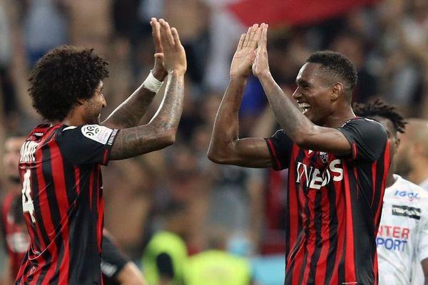 Dante (G) et Christophe Herelle célèbrent le 1er but de l'OGC Nice de la saison 2019/2020