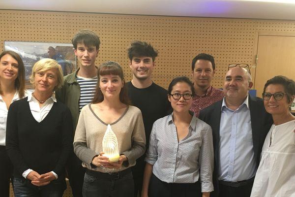 L'équipe de France 3 et de Bellecour Act autour des lauréats du concours du nouveau Trophée de Lumières.