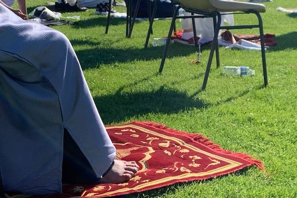 Dans l'Islam, la prière doit toujours être effectuée sur un tapis positionné en direction de La Mecque.