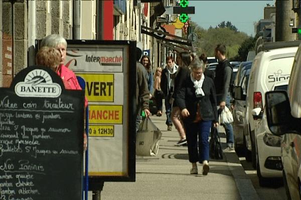 Une rue commerçante dans le centre-ville de Pontivy (56).