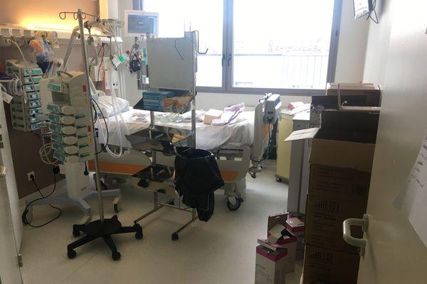 De nombreux appareils ont dû être ajoutés aux chambres des services plastique et orthopédique du CHU de Rouen pour faire face à l'afflux massive des malades du Coronavirus.