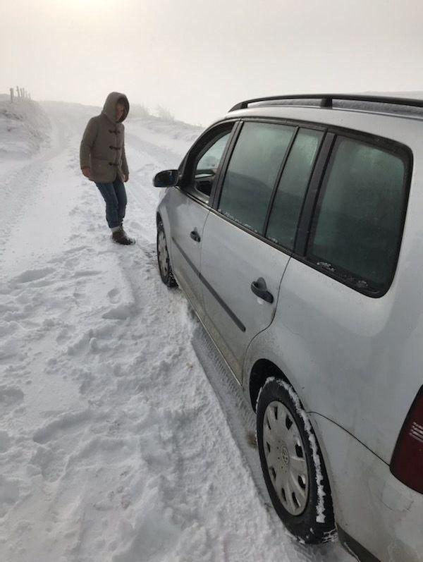 Ces touristes belges, venus découvrir les Vosges sans équipement de route pour l'hiver, ont été surpris par la couche de neige en altitude.