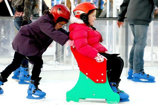 Une patinoire au pied du grand sapin de Noël