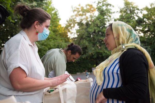 Marguerite distribue un colis à Soumia