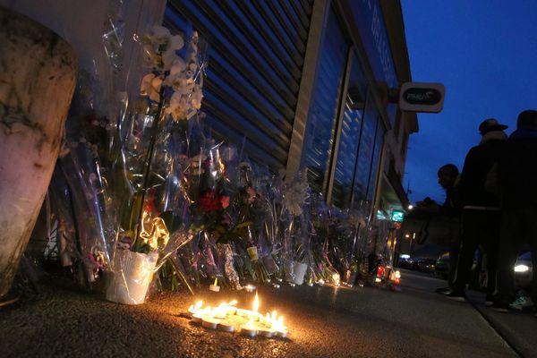 Plusieurs riverains ont déposé des fleurs devant le café PMU de la commune de Gray pour rendre hommage à Alexia Daval.