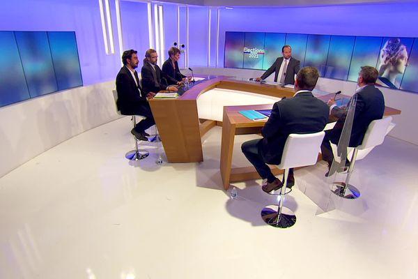 Laurent Ughetto, président PS sortant, Céline Porquet, RN, Mathieu Soarès- PCF- LFI et Olivier Amrane- Divers droite sur plateau du débat du 1er tour des élections départementales en Ardèche.