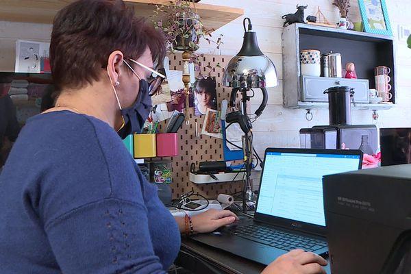 Au chômage depuis le 31 décembre 2019, Marie-Hélène peine à trouver un travail malgré les nombreuses candidatures qu'elle envoie