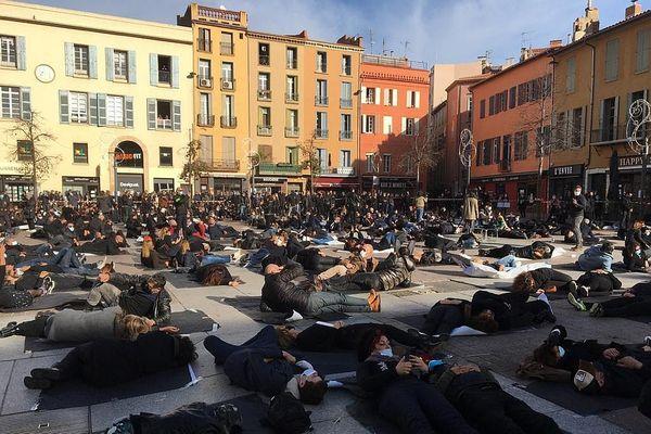 Couchés place de la République, à Perpignan pour symboliser la mort de leur activité....