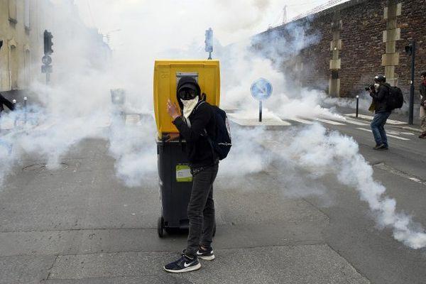 Un manifestant au milieu des lacrymogènes dans le quartier sud gare à Rennes