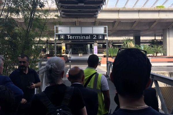Les passagers ont du sortir du terminal.