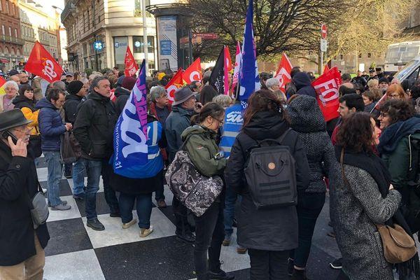 Environ 200 personnes manifestaient ce lundi après midi près de la préfecture de Toulouse contre l'utilisation du 49.3 par le gouvernement