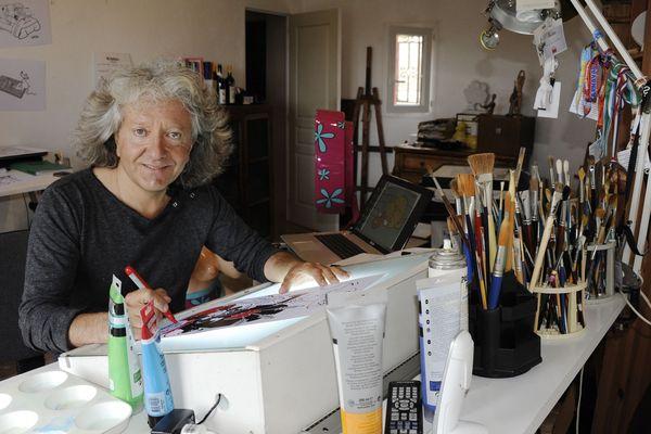 Kristian à sa table de travail, dans son village sur les hauteurs de Grasse.