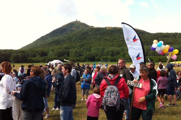 Pour les 70 ans du Secours Populaire, bénévoles et bénéficiaires se sont rassemblés le 25 juillet au pied du Puy-de-Dôme, rebaptisé Mont Solidarité
