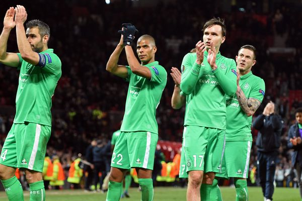 Les Stéphanois saluent leurs supporters lors de la 16e de finale contre Manchester United, à Old Trafford, le 16 février 2017.