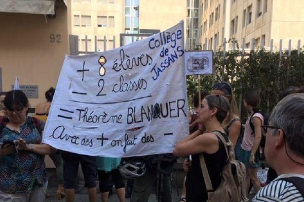 Lyon, des surveillants du brevet des collèges mobilisés ce lundi matin (1er juillet 2019) contre la loi Blanquer sur l'école