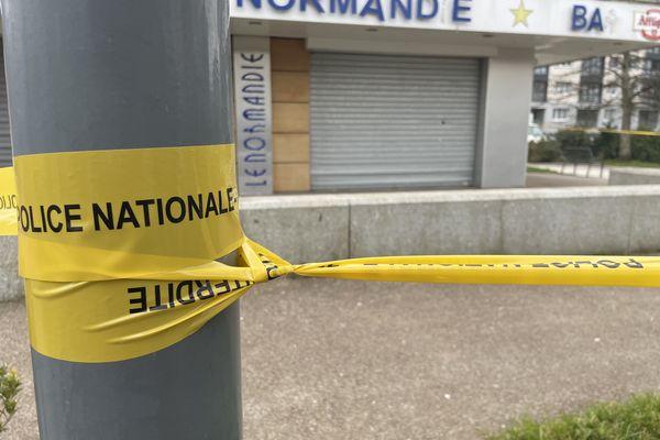 La devanture du bar devant lequel se sont déroulées les violences, samedi 6 mars, dans le quartier des Provinces d'Octeville.