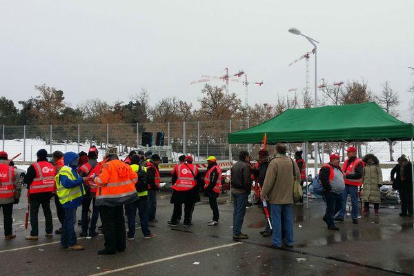 Les manifestants devant le site d'ITER.