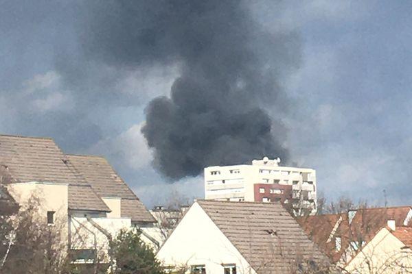 Le panache de fumée s'élève très haut au-dessus de l'Eurométropole de Strasbourg.