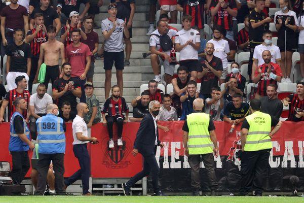 22 août 2021 : le directeur de l'OGC Nice Jean-Pierre Rivère se rapproche des supporters pendant le match contre l'OM.