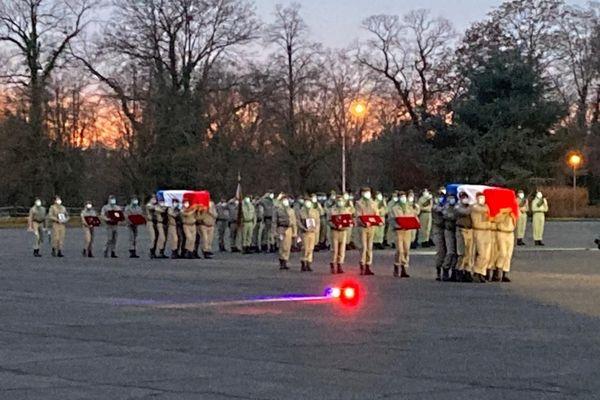 Les cercueils des deux militaires alsaciens tués au Mali sont transportés devant Florence Parly