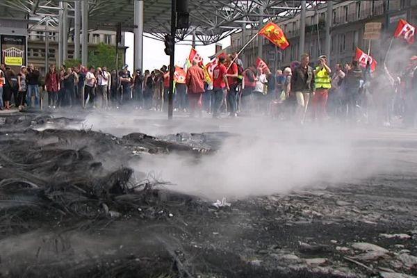 Les restes du feu allumé durant la manifestation, jeudi 26 mai, place Alphonse Piquet.