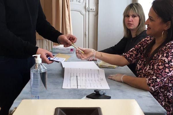 Le stylo ne doit pas passer de mains en mains. Quand aux gants, ils sont fortement déconseillés.