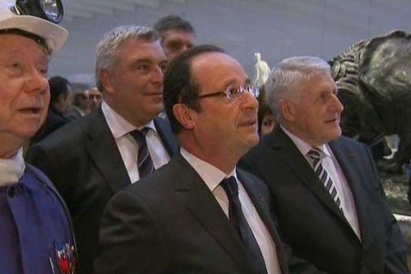Guy Delcourt, au fond à côté de François Hollande ce mardi au Louvre-Lens.