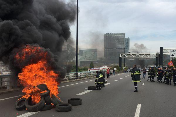 Des pompiers en grève sur le périphérique de Lille