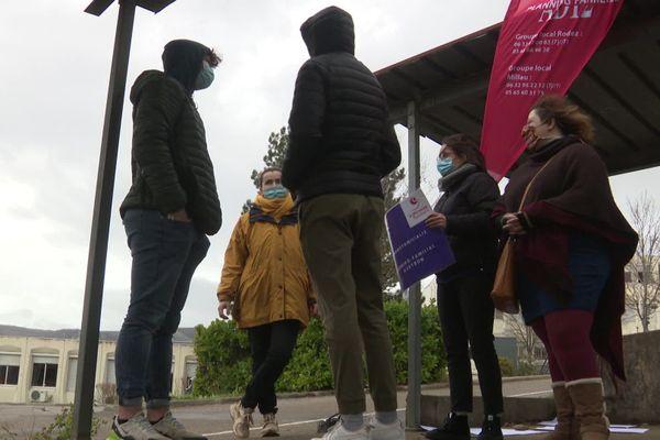 Les bénévoles du Planning familial de l'Aveyron à la rencontre des adolescents devant le lycée Jean Vigo à Millau