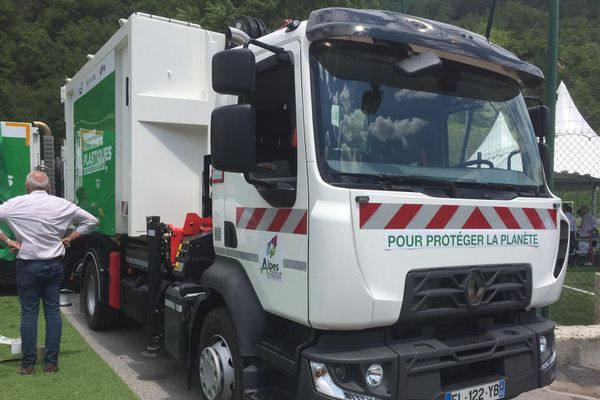 Camion poubelles roulant avec du carburant fabriqué avec du plastique, le 17 juillet, à Puget-Théniers